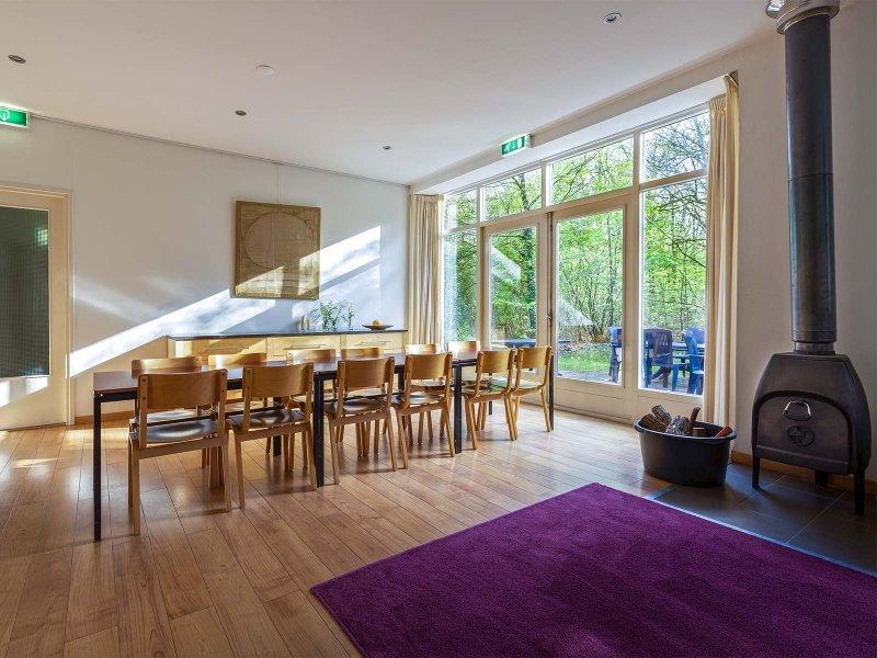 De eet- en relaxzaal van gebouw A op Meeuwenveen Accommodaties