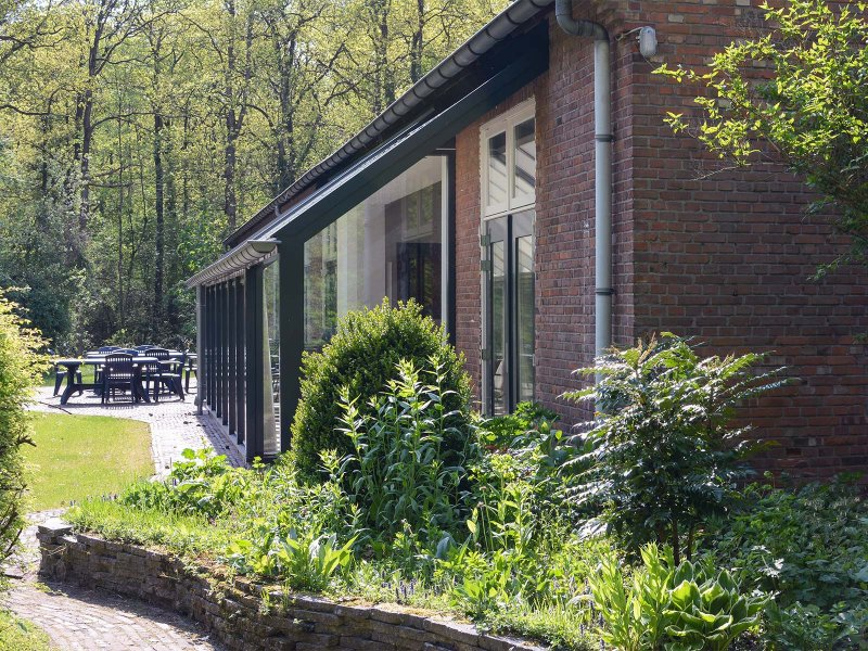 De terraszijde van gebouw C op Meeuwenveen Accommodaties
