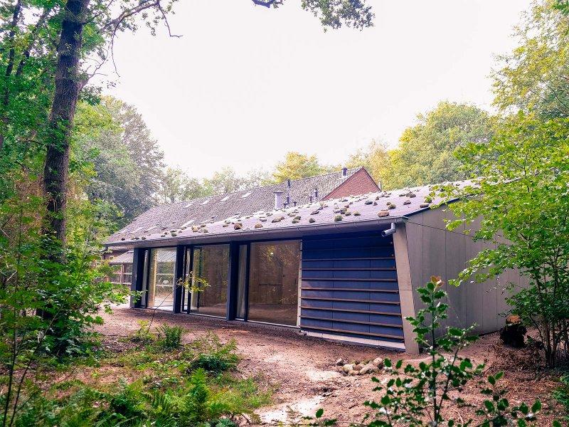 De nieuwe zaal kent zelfs op het dak een decoratie van zware, grote kiezelstenen