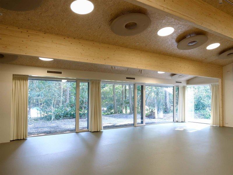 Gordijnen en speciale akoestische voorzieningen geven de zaal ook wat galm betreft een intieme sfeer