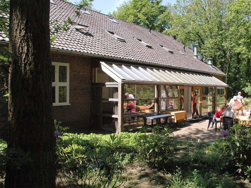 Het terras en de eetzaal van gebouw B
