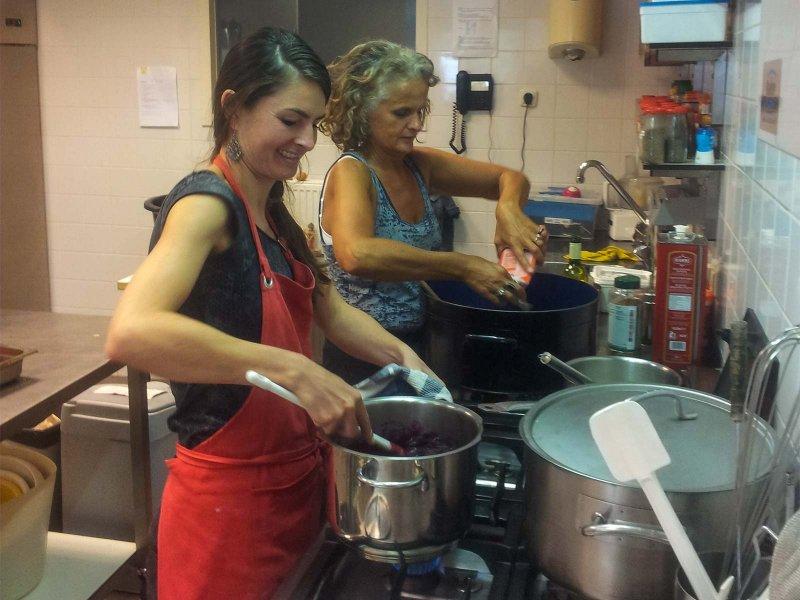 Er wordt druk gekookt in de keuken van Gebouw 1