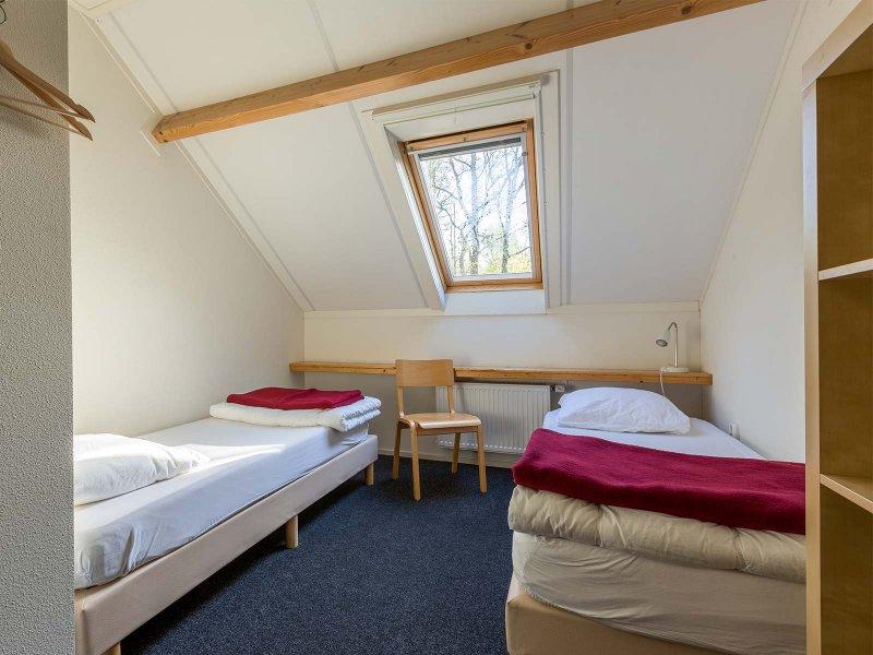 Een standaard slaapkamer in gebouw B op Meeuwenveen Accommodaties