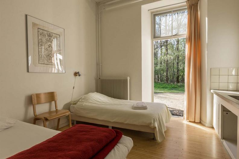 Een standaard slaapkamer van gebouw C op Meeuwenveen Accommodaties