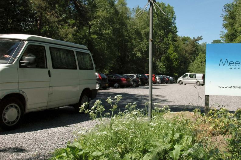 De parkeerplaats van Meeuwenveen Accomodaties
