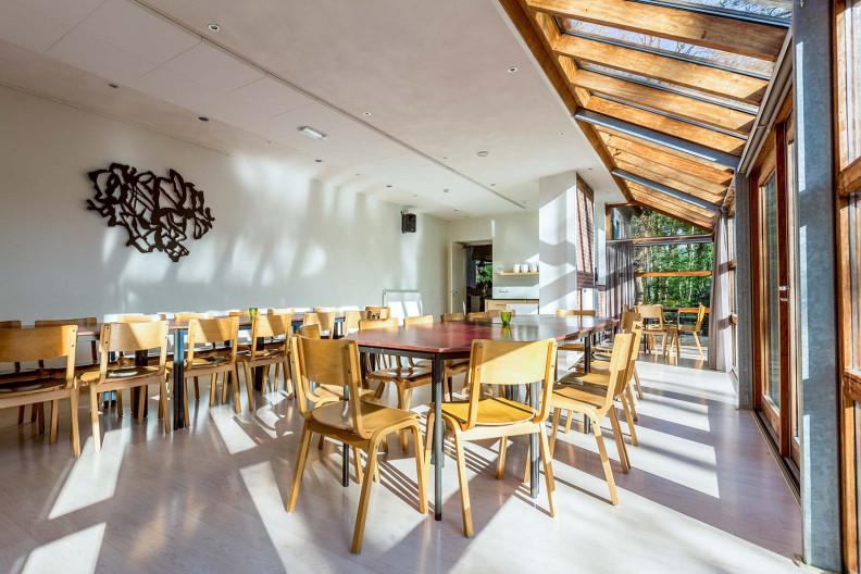 De eetzaal en serre van gebouw B op Meeuwenveen Accommodaties