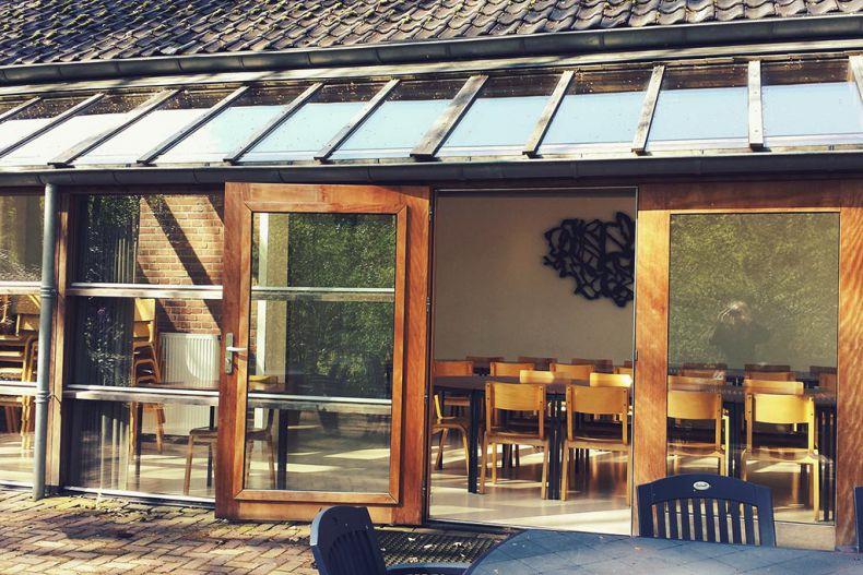 Wandobject van Maria Berkhout in de eetzaal van gebouw B